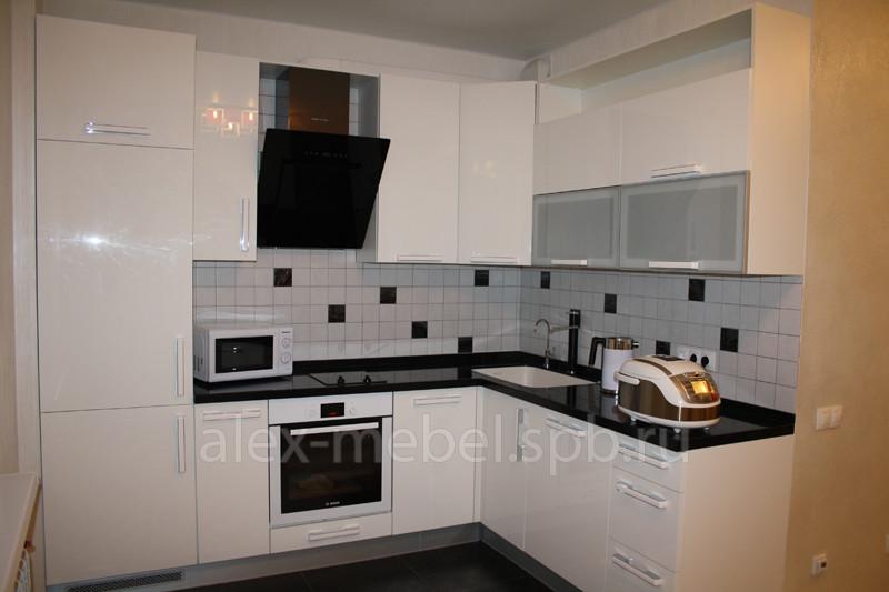 Черно белая глянцевая кухня